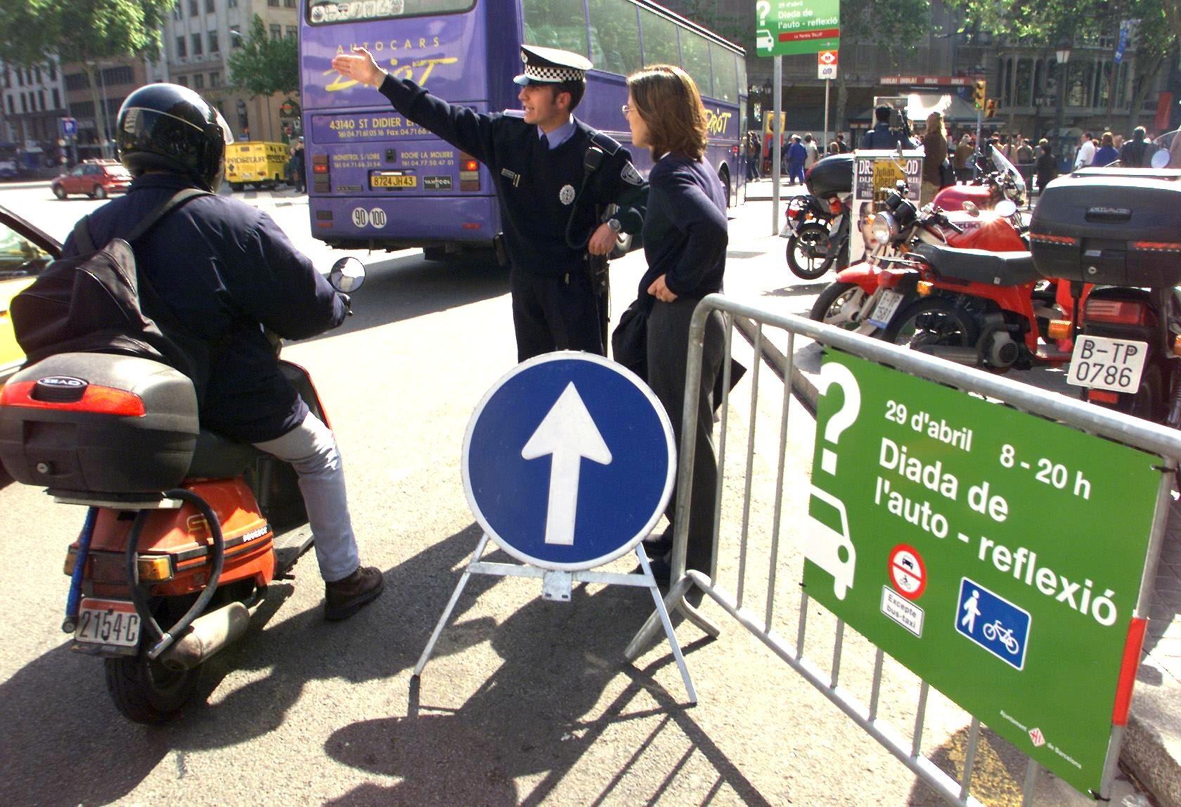 Policial proíbe a entrada de uma moto no centro de Barcelona no dia mundial sem carro. Foto Eric Cabanis/AFP