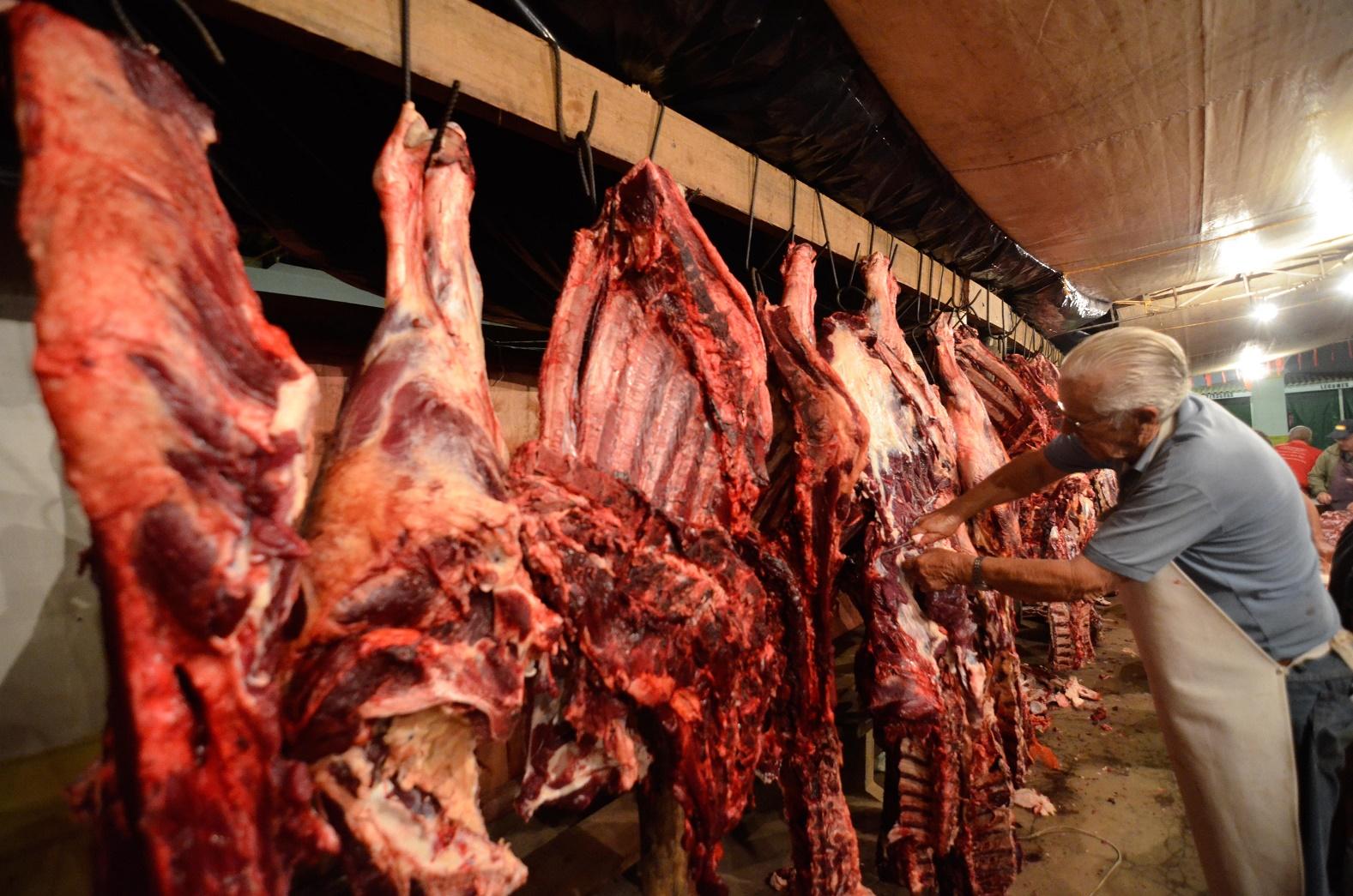 Açougueiro corta um pedaço de carne durante o Festival do Divino, no interior de São Paulo. Foto Levi Bianco/Brazil Photo Press