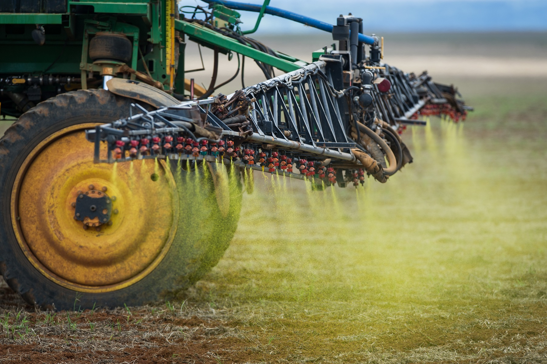 Aplicação de herbicida numa plantação de soja no Cerrado. Foto de Yasuyoshi Chiba/AFP