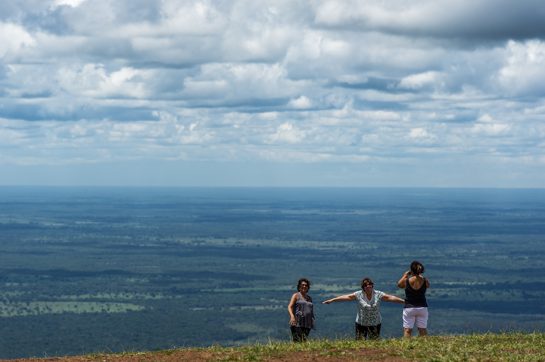Turistas fazem fotos na Chapada dos Guimarães, uma regiões mais visitadas do Cerrado. Foto de Yasuyoshi Chiba/AFP