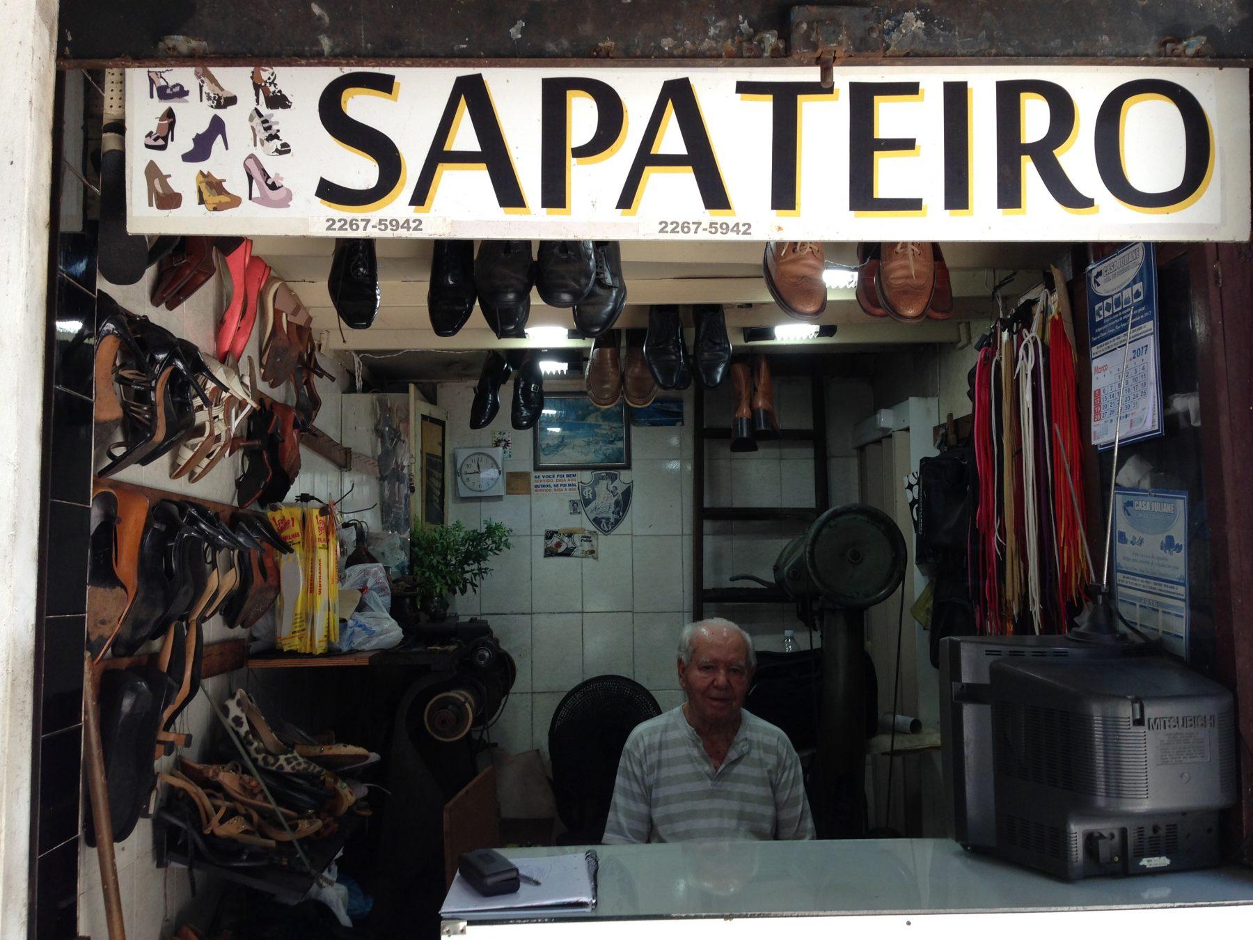 Seu Joaquim, o mais antigo sapateiro do Rio. (Foto de Livia Ferrari)