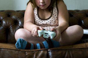 Menina gordinha com videogame. Foto de Roos Koole/ ANP/ AFP