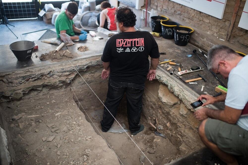 Debaixo de uma área de 4 mil metros quadrados,, estima-se a existência de ossadas de ao menos 15 mil escravos. Foto Alex Ferro