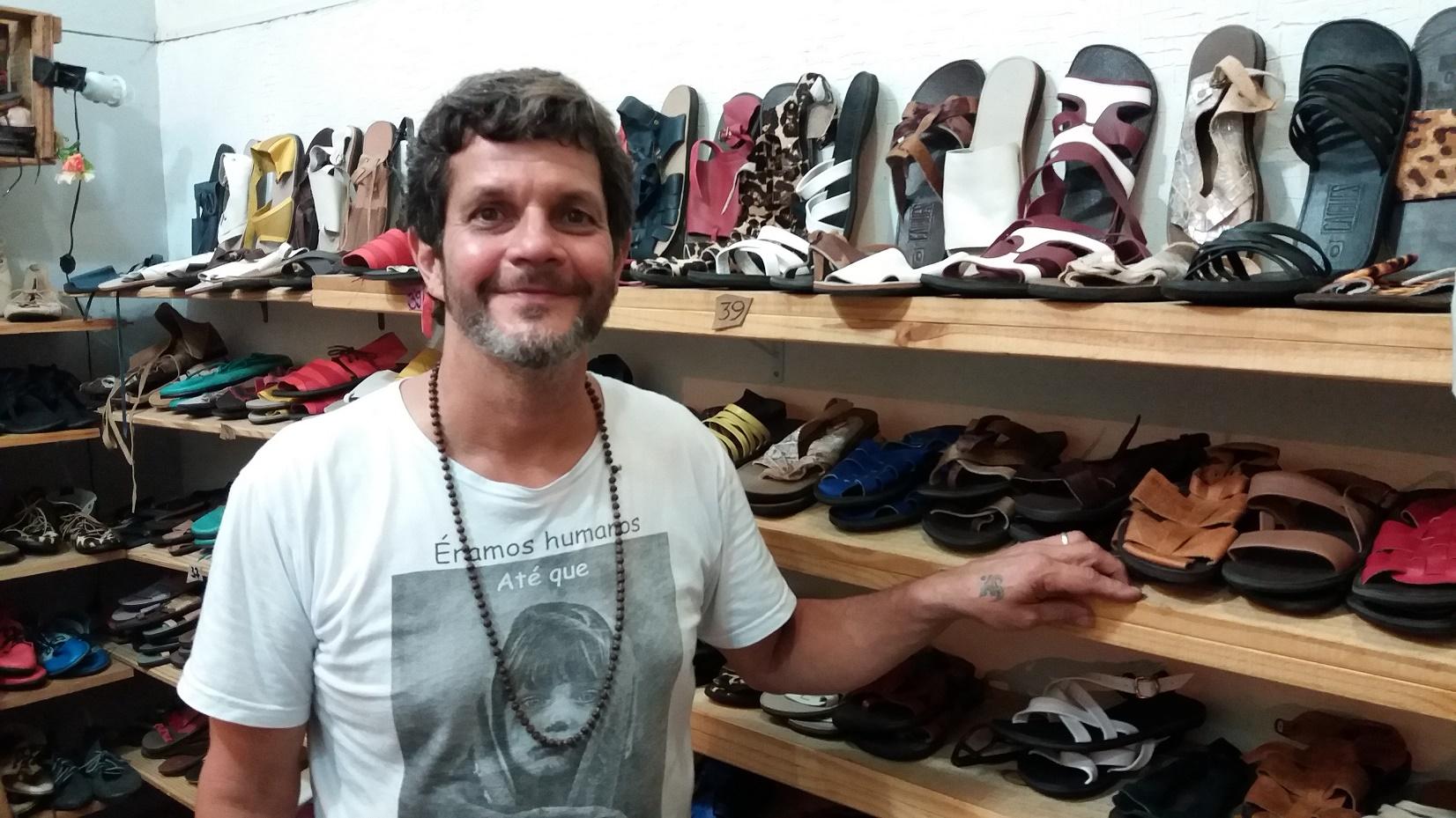 Carlos Henrique Bon, o Caíque, produz 350 pares por mês, junto com dois ajudantes. Foto Renee Rocha