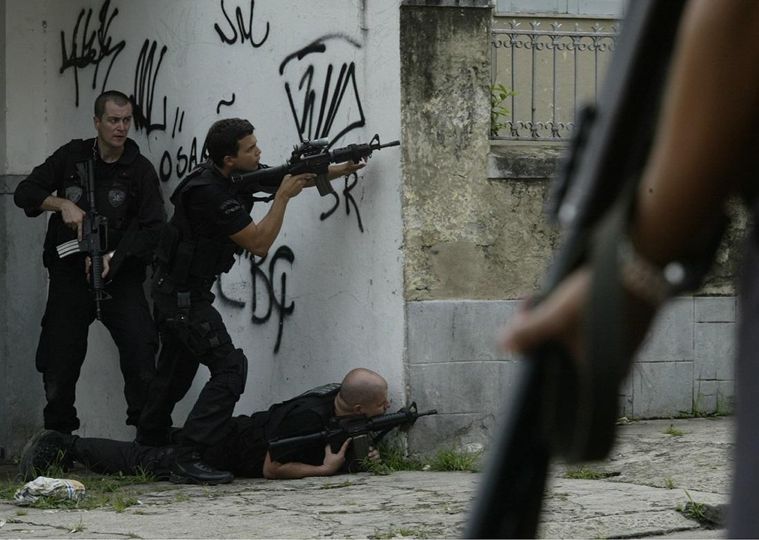 Policiais e traficantes trocam tiros na Vila Cruzeiro, na Penha. Foto de Marcos Tristão