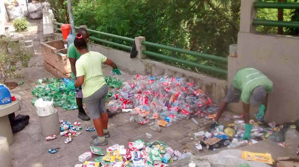 Entre os projetos de Cris, a luta contra o lixo depositado sem controle no morro (foto de divulgação)