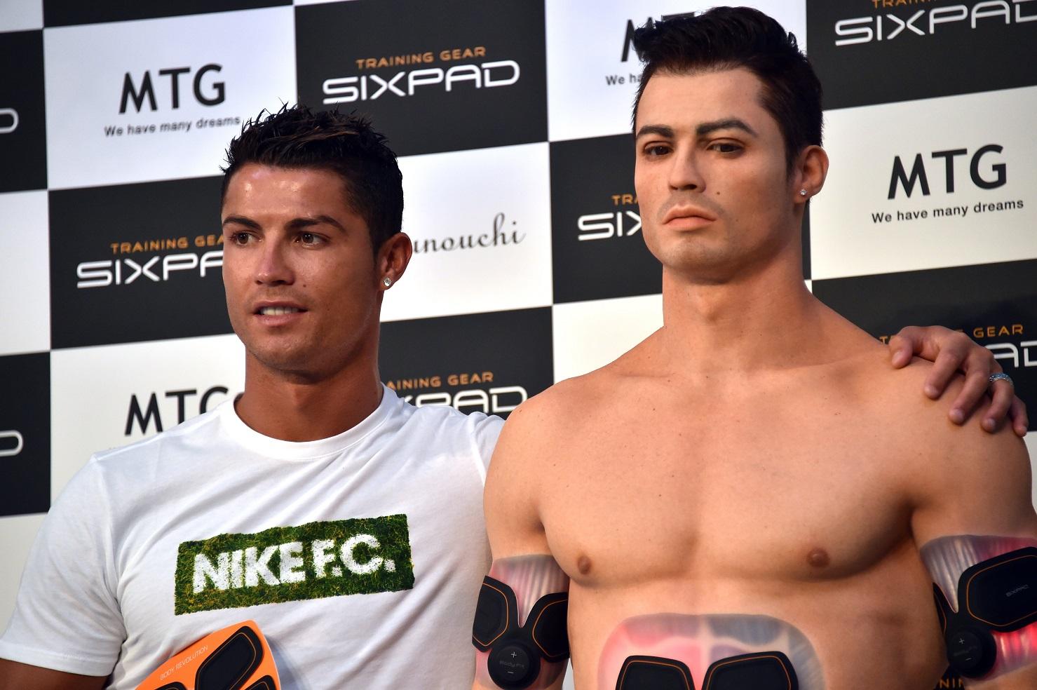 """O jogador Cristiano Ronaldo e o seu """"clone"""", produzido em 3D. Foto Yoshikazu Tsuno/AFP"""