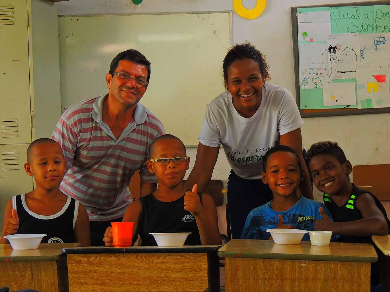 Alunos e professor da ONG Ha Esperanca. Foto de Roberta Arauj