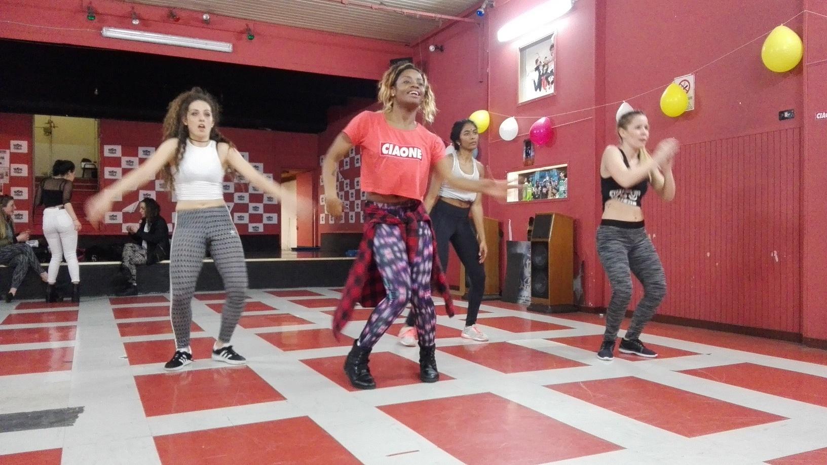 A camaronense Helen, de vermelho, comandando uma das badaladas aulas de dance hall reggae. Foto Janaína Cesar