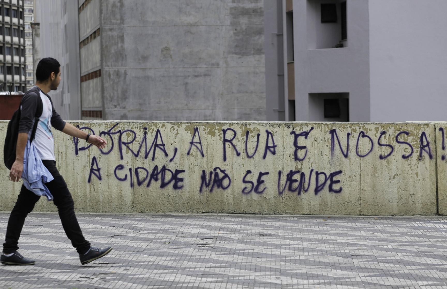 Pichação contra os projetos de privatizacao do prefeito Joao Doria. Foto de Nelson Antoine/AGIF