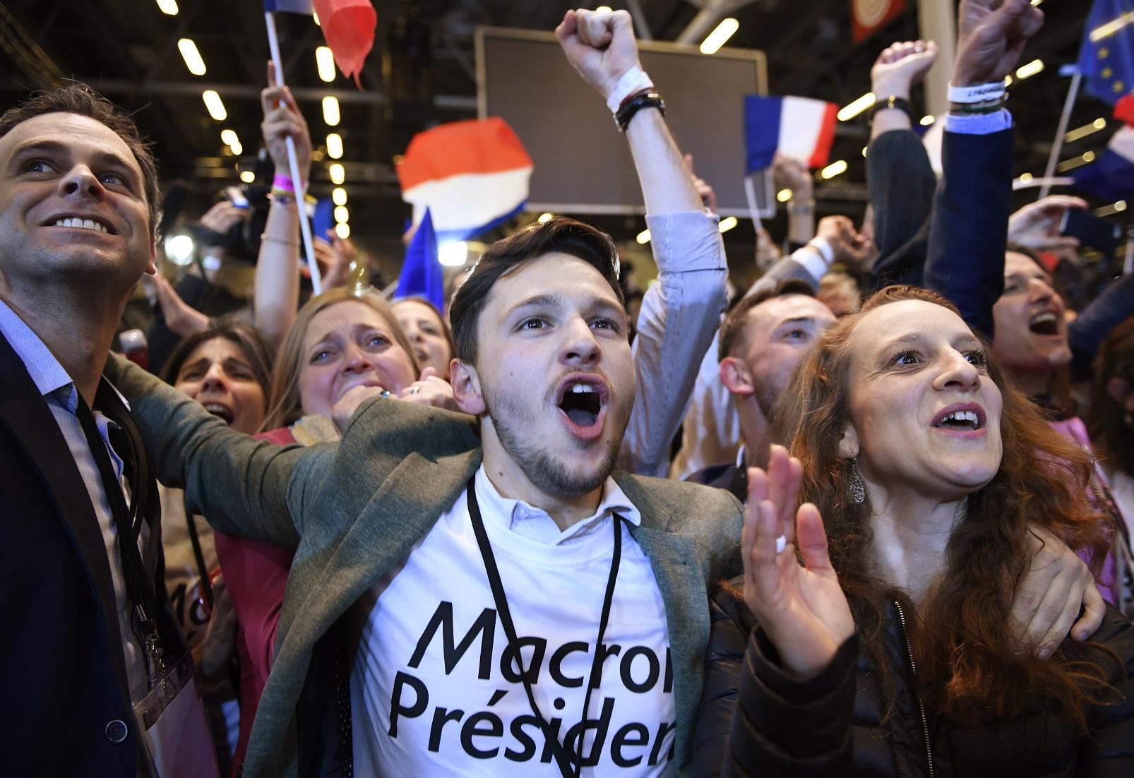 Eleitores comemoram a vitória de Emmanuel Macron no primeiro turno das eleições francesas. Foto Eric Feferberg/AFP