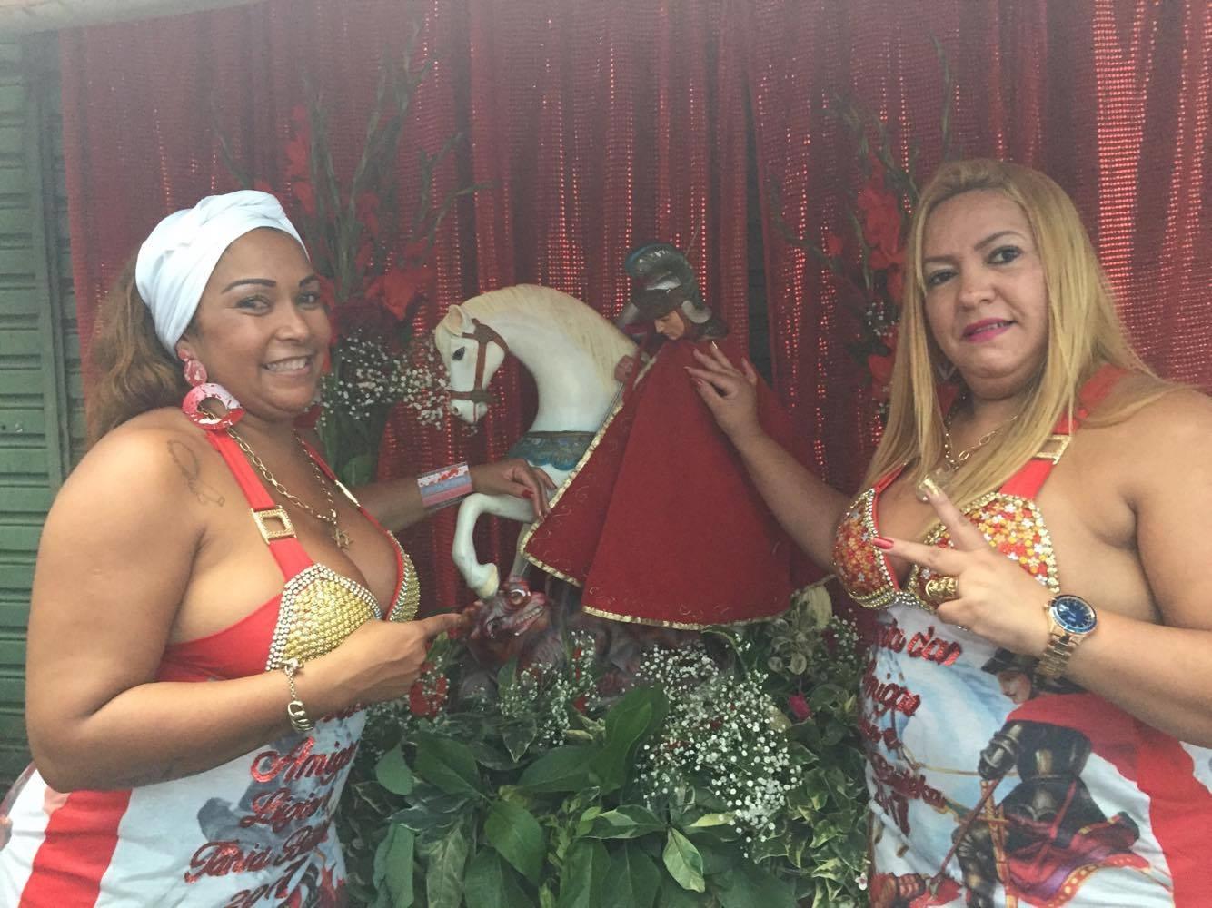 Tânia Bisteka e Lígia Mello, unidas pelo fervor a São Jorge. Foto Claudia Silva