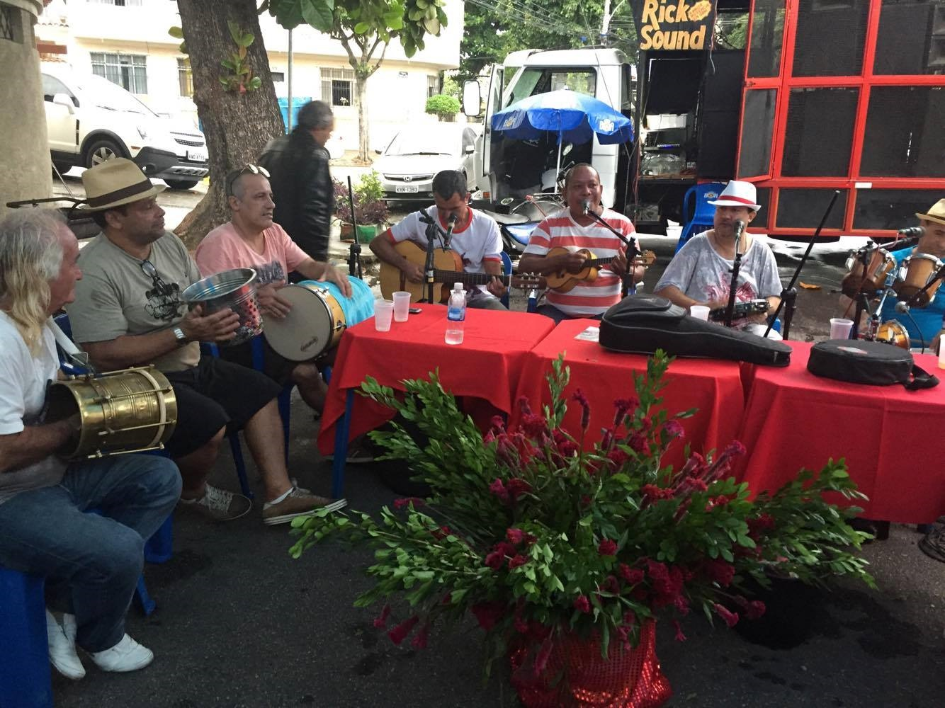 O grupo de bambas animou a festa. Foto de Claudia Silva