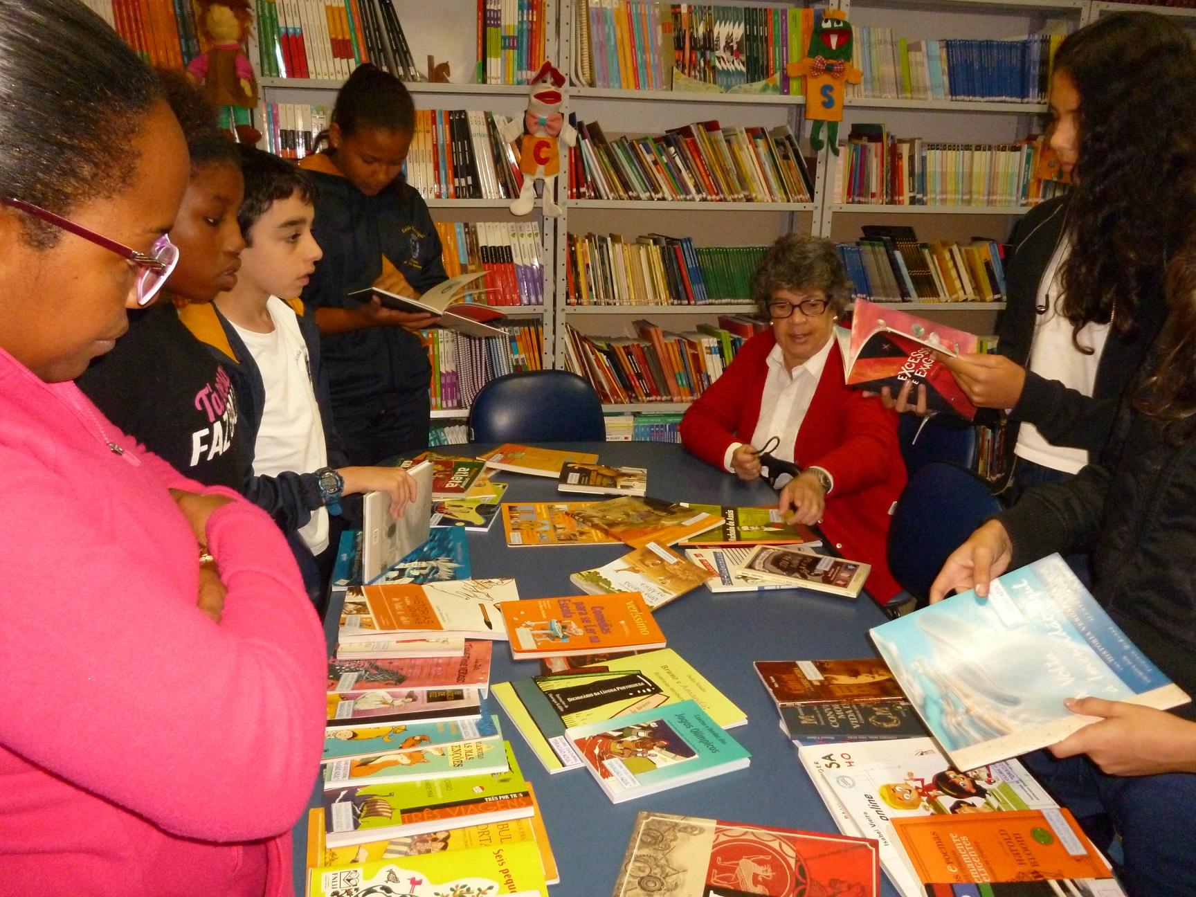 Kiki comenta os livros com alunos e professres de uma escola em Petrópolis. Foto de Cristina Bacelar