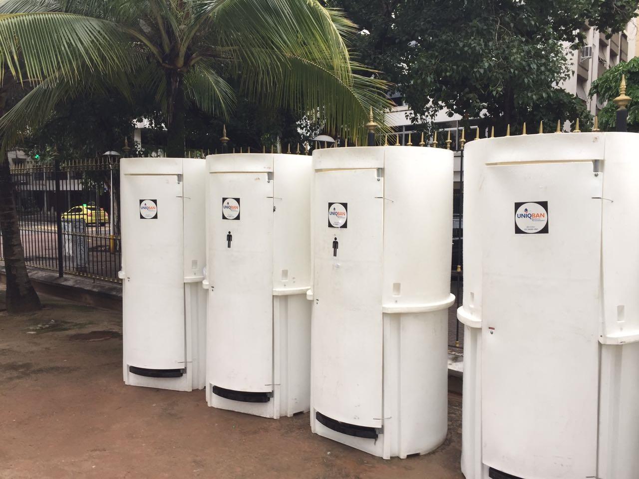 Banheiros improvisados na Praça Nossa da Paz. Foto Agostinho Vieira
