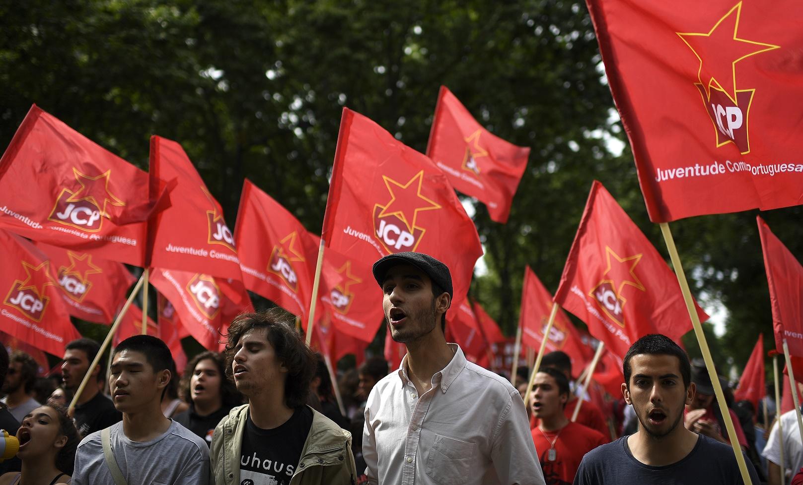 Jovens da Juventude Comunista Portuguesa (JCP) na marcha pelo aniversário da Revolução dos Cravos. Foto Francisco Leong/AFP