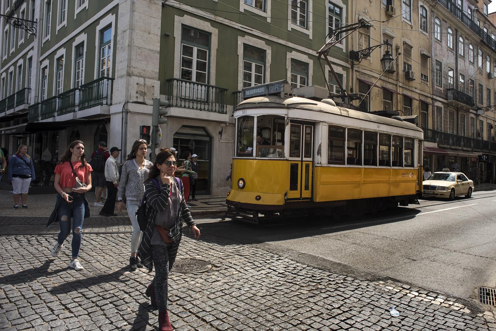 O tradicional bonde circulando pelo centro histórico de Lisboa. Foto Joaquin Gomez Sestre/NurPhoto