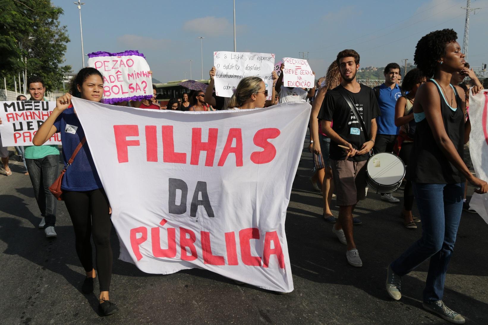 Estudantes protestam contra a falta de condições para o funcionamento da UERJ. Foto Alessandro Pereira da Silva/Citizenside