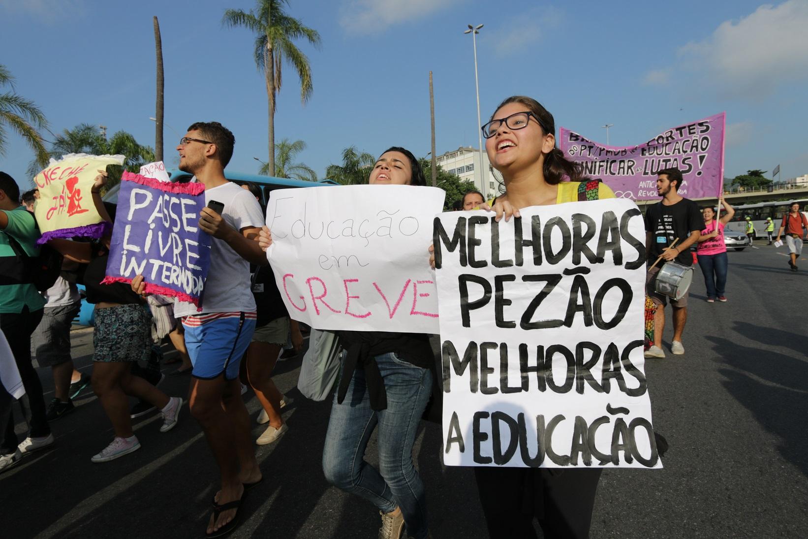 Protestos contra o governador que ameaça cortar 30% dos salários que já estão atrasados. Foto Alessandro Pereira da Silva/Citizenside