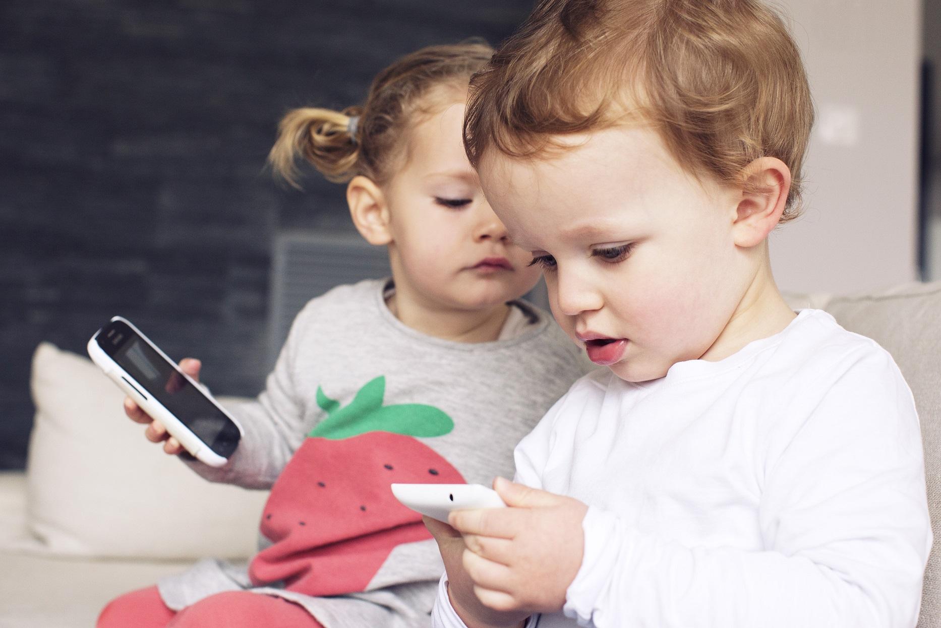 Uso excessivo de celulares pode provocar a miopia precoce. Foto Anne-Sophie Bost /PhotoAlto