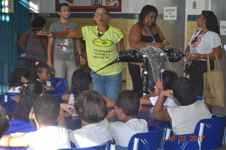 Educar também está entre os objetivos de Cris dos Prazeres no morro onde vive (foto de divulgação)