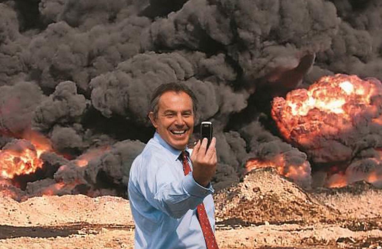 Montagem produzida pelos artistas Peter Kennard e Cat Picton mostra Tony Blair tirando selfie no conflito do Iraque: o primeiro-ministro ignorou os protestos contra a guerra. Foto Kennardphillipps