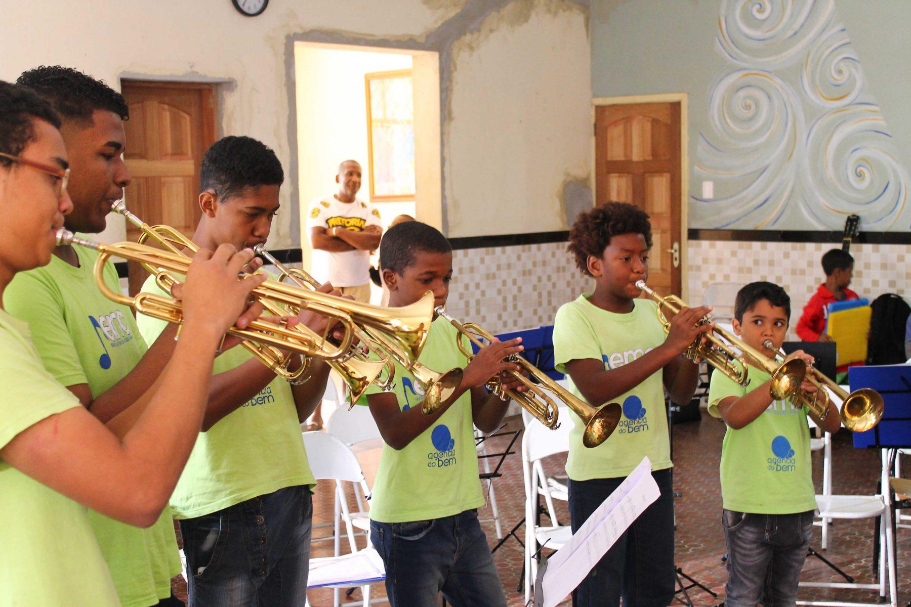 Alunos da Escola de Musica e Cidadania. Foto de Divulgacao