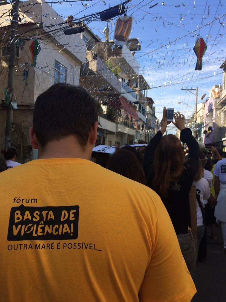 Manifestantes pedem paz na Maré. Foto Adriana Pavlova