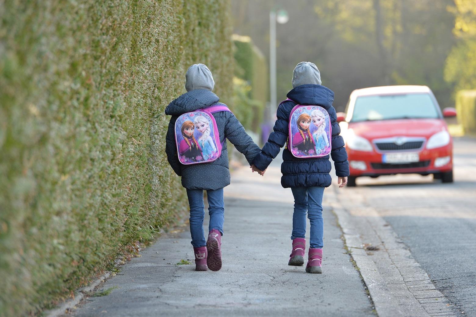 Pode até não parecer, mas a vida das crianças tem andado bem dura nas escolas. Foto Frank May/DPA