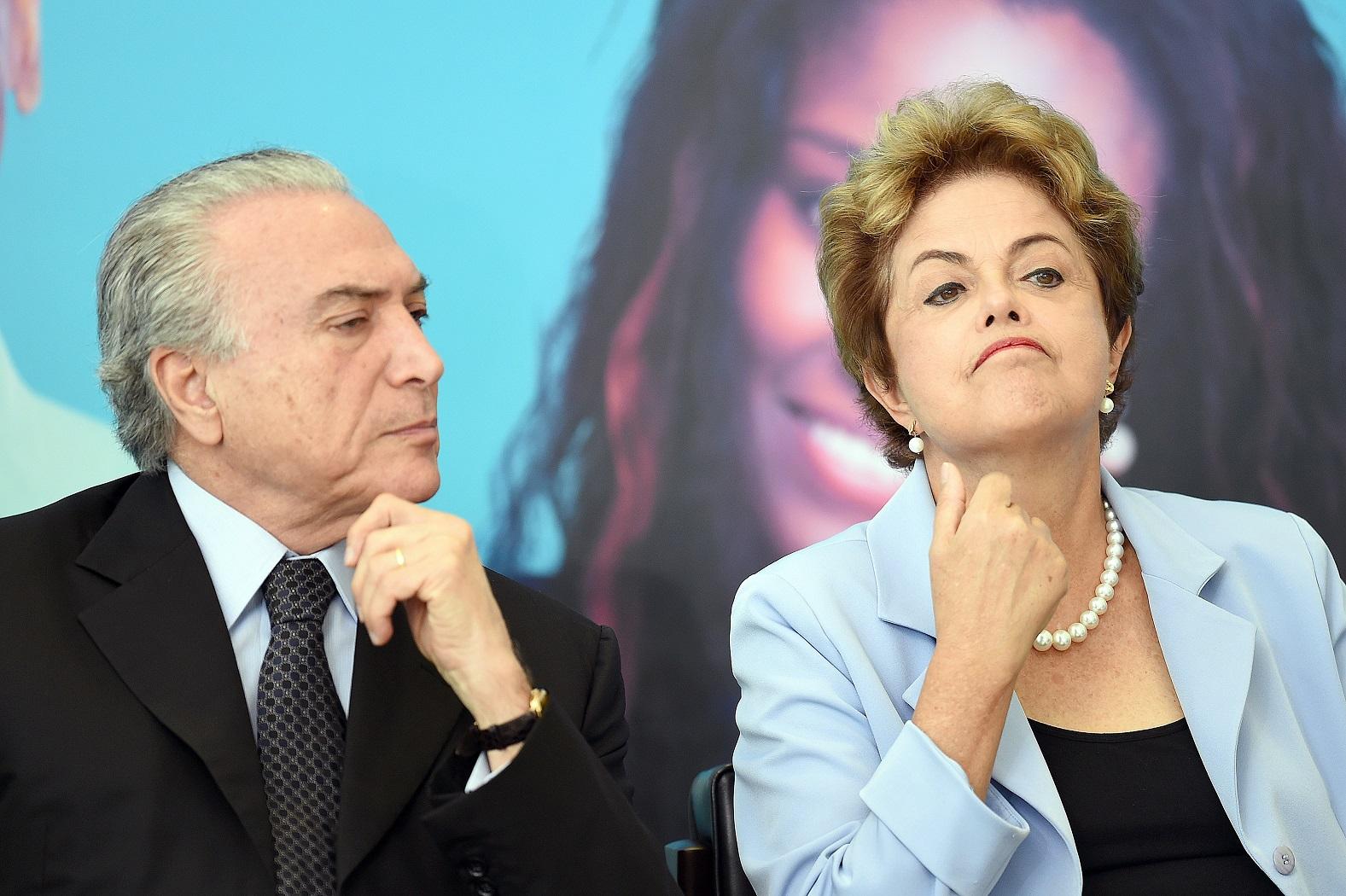 Michel Temer e Dilma Rousseff, em cerimônia no Palácio do Planalto, em 11 de agosto de 2015. Foto de Evaristo Sá/AFP