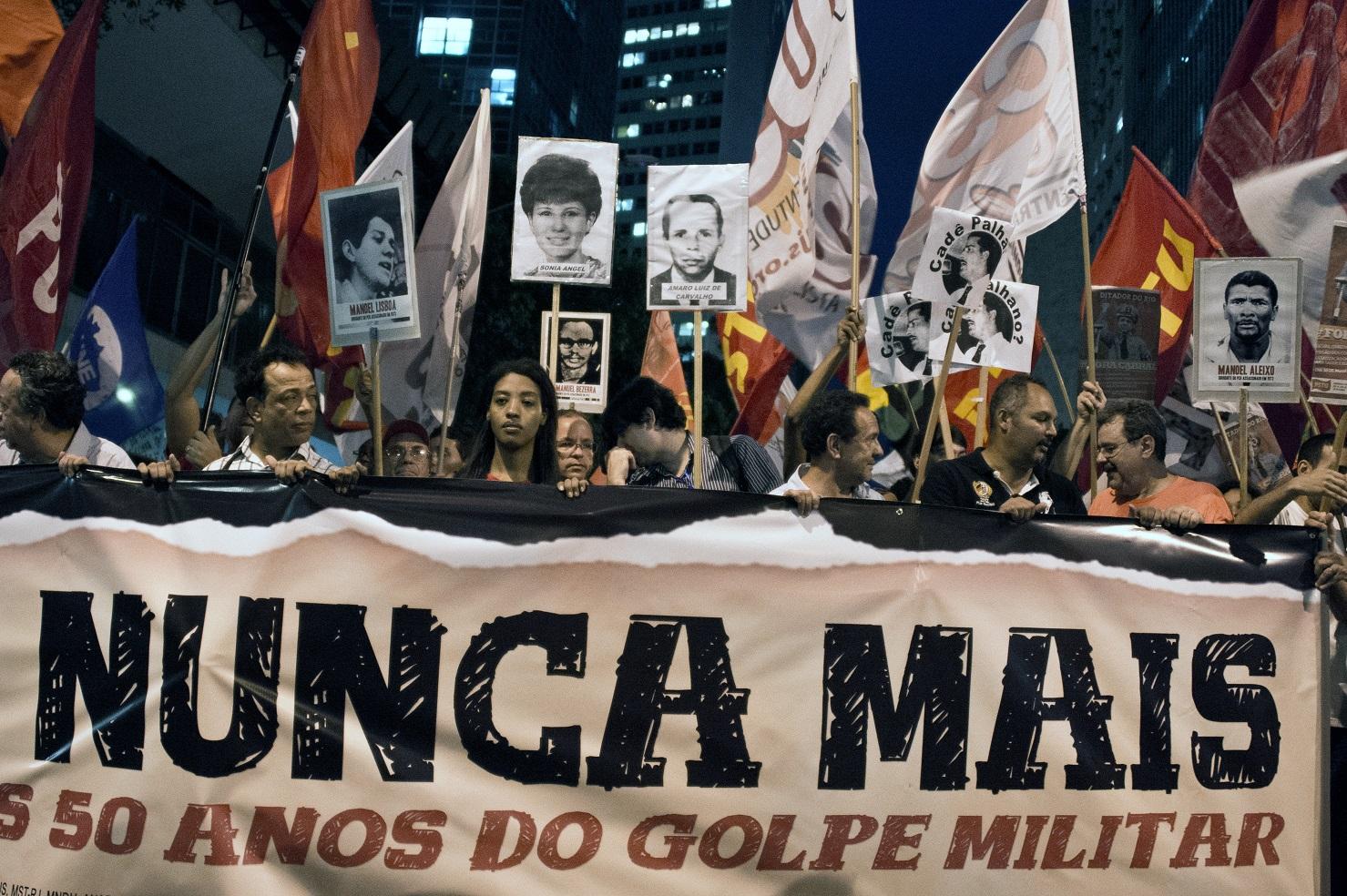 Ativistas da Anistia Internacional em protesto contra os 50 anos do golpe militar, em 2014: paralelo com contexto atual. AFP/ Foto: Vanderlei Almeida