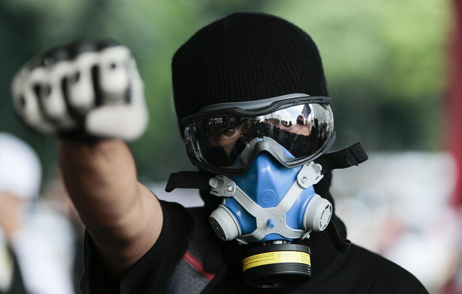 Máscara anti-gás, utilizada desde os protestos de 2013, voltaram a ser procuradas. Foto: AFP/ Miguel Schincariol
