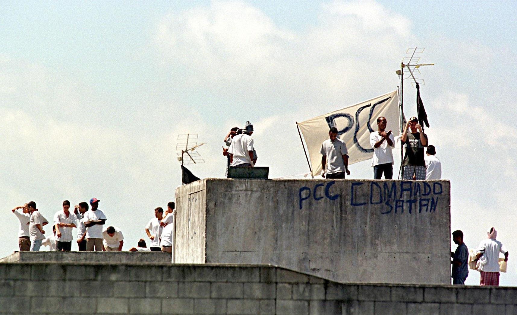 Traficantes ligados ao Primeiro Comando da Capital (PCC) durante uma rebelião no presídio de Sorocaba. Foto Marie Hippenmeyer/AFP
