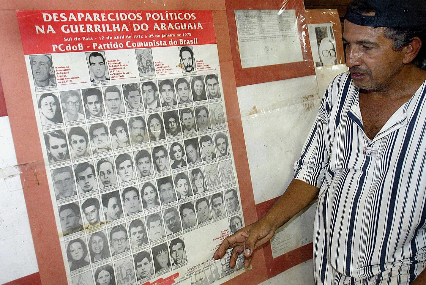 Cartaz com as fotos dos guerrilheiros desaparecidos no Araguaia. Foto Vanderlei Almeida/AFP