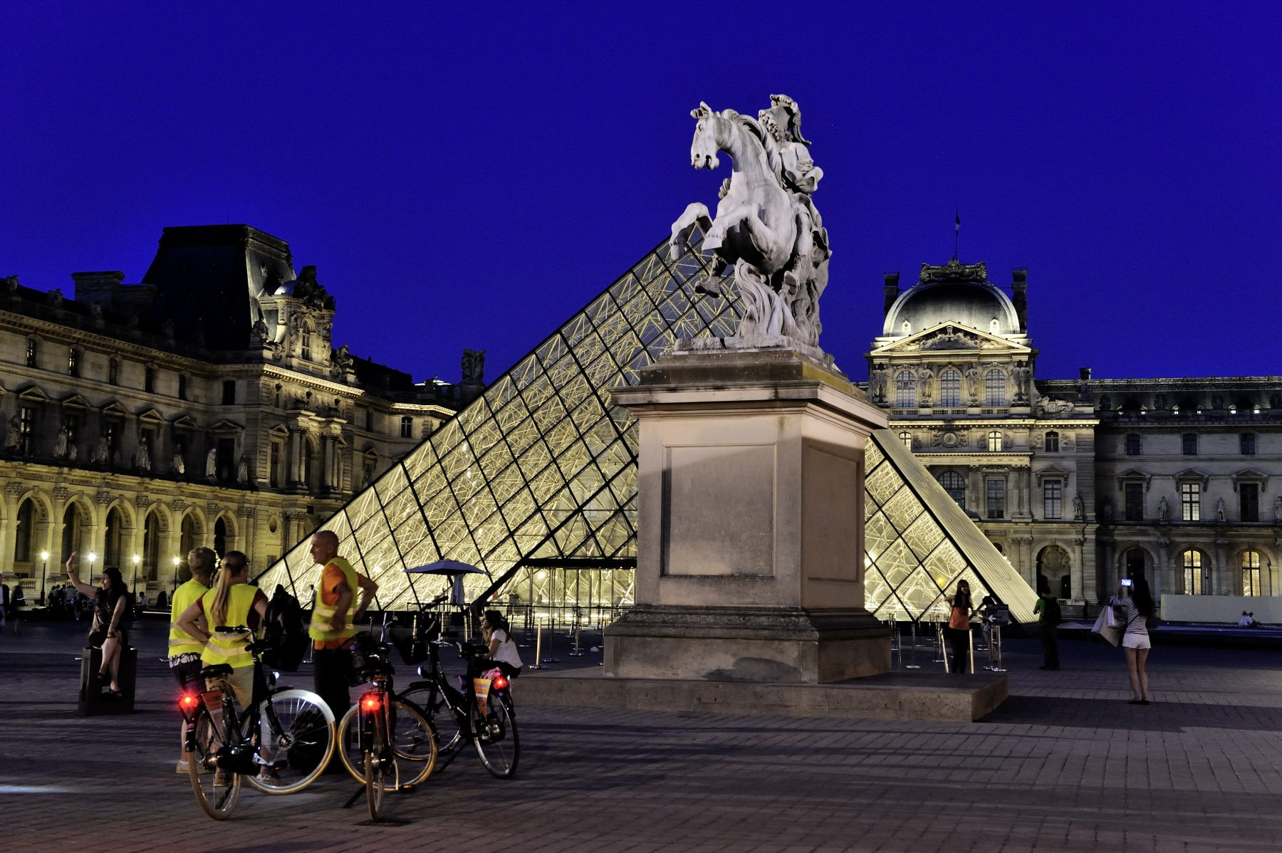 FRANCE, PARIS (75) 1ST ARRONDISSEMENT, THE LOUVRE MUSEUM AND THE PYRAMID AT NIGHT, BIKE TOUR WITH TOURIST GUIDE