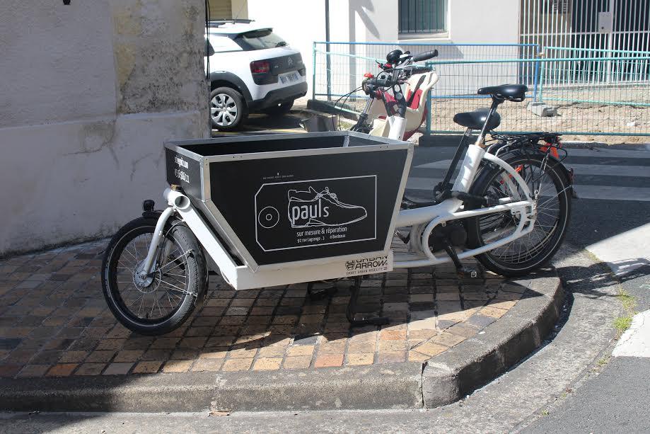 E-bike estacionada em uma rua em Paris. Foto de Divulgacao