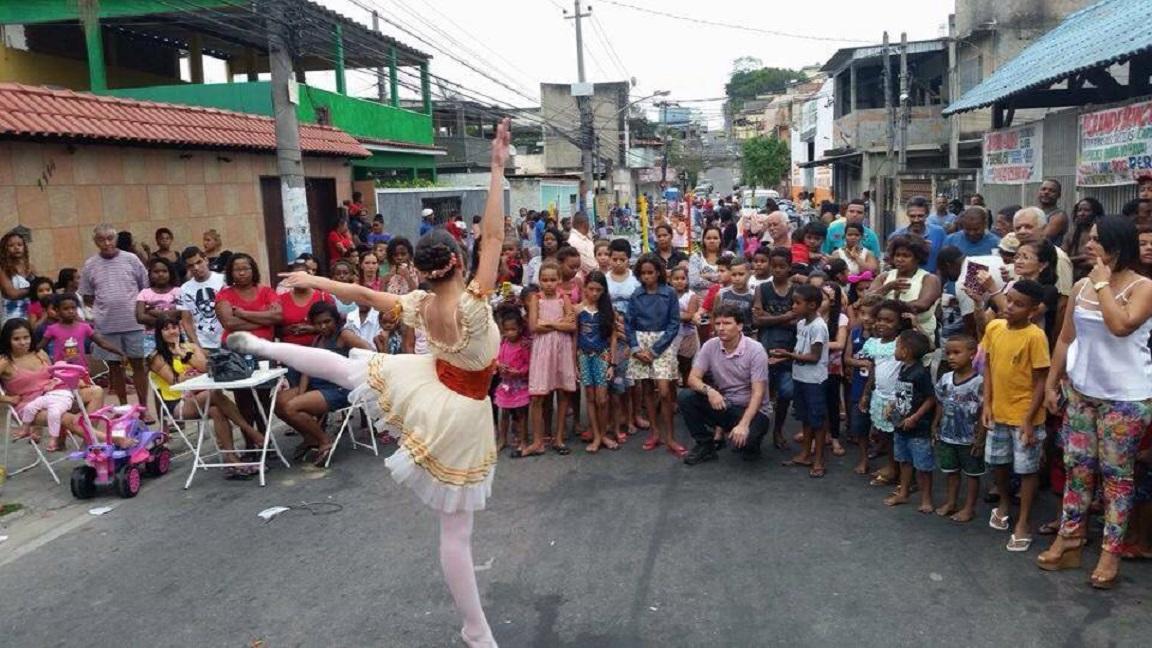 Amanda dança para os vizinhos no bairro de Cosmorama, em Mesquita. Foto Celina Cortes