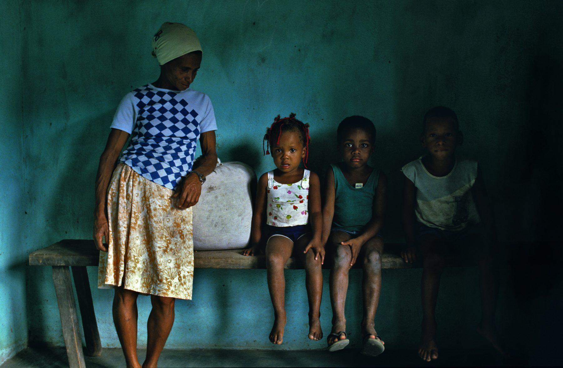 Mae e seus tres filhos na Bahia. Foto de Bernard Foubert/ Photononstp/ AFP