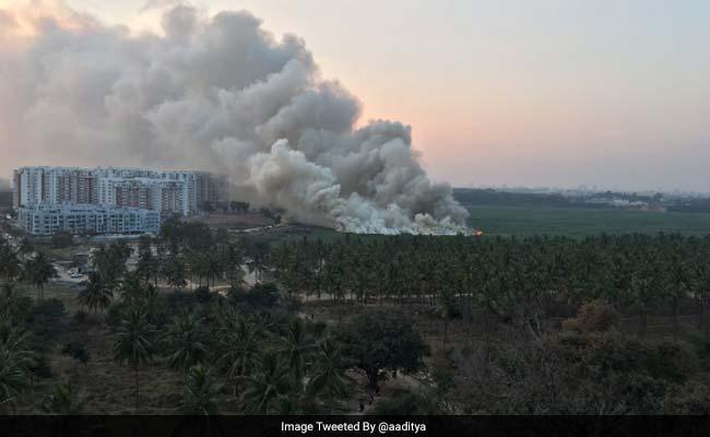 Em maio de 2015 e em agosto de 2016, a espuma sobre o Bellandurpegou fogo devido à formação de gás metano. Reprodução do Twitter