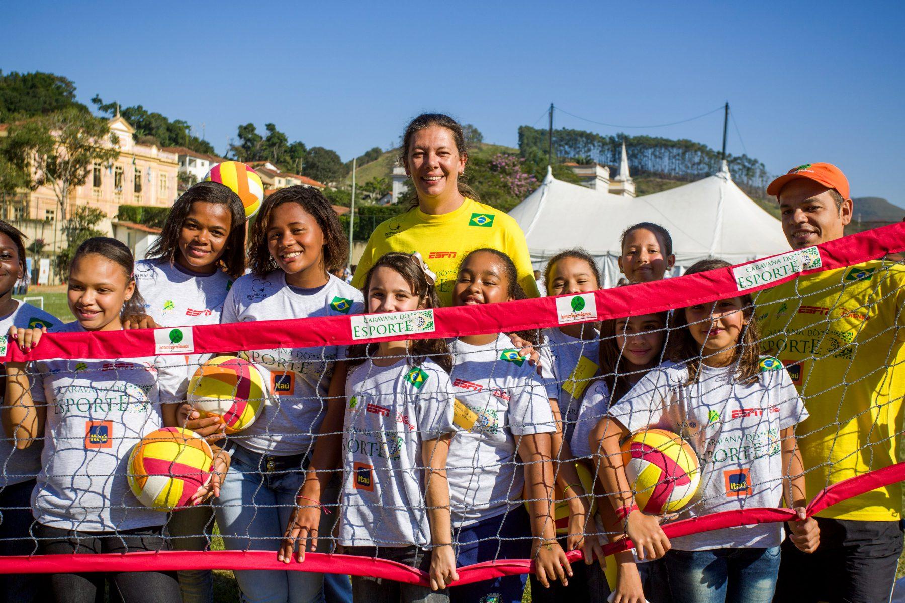 Ana Moser e alunos. Foto de Celia Santos