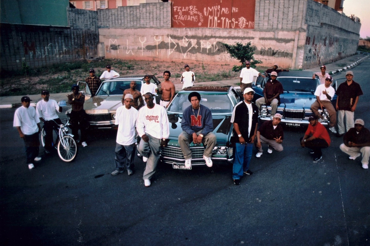O grupo em 2001, no Capão Redondo, periferia de SP, onde tudo começou (Foto: divulgação/Klaus Mitteldorf)