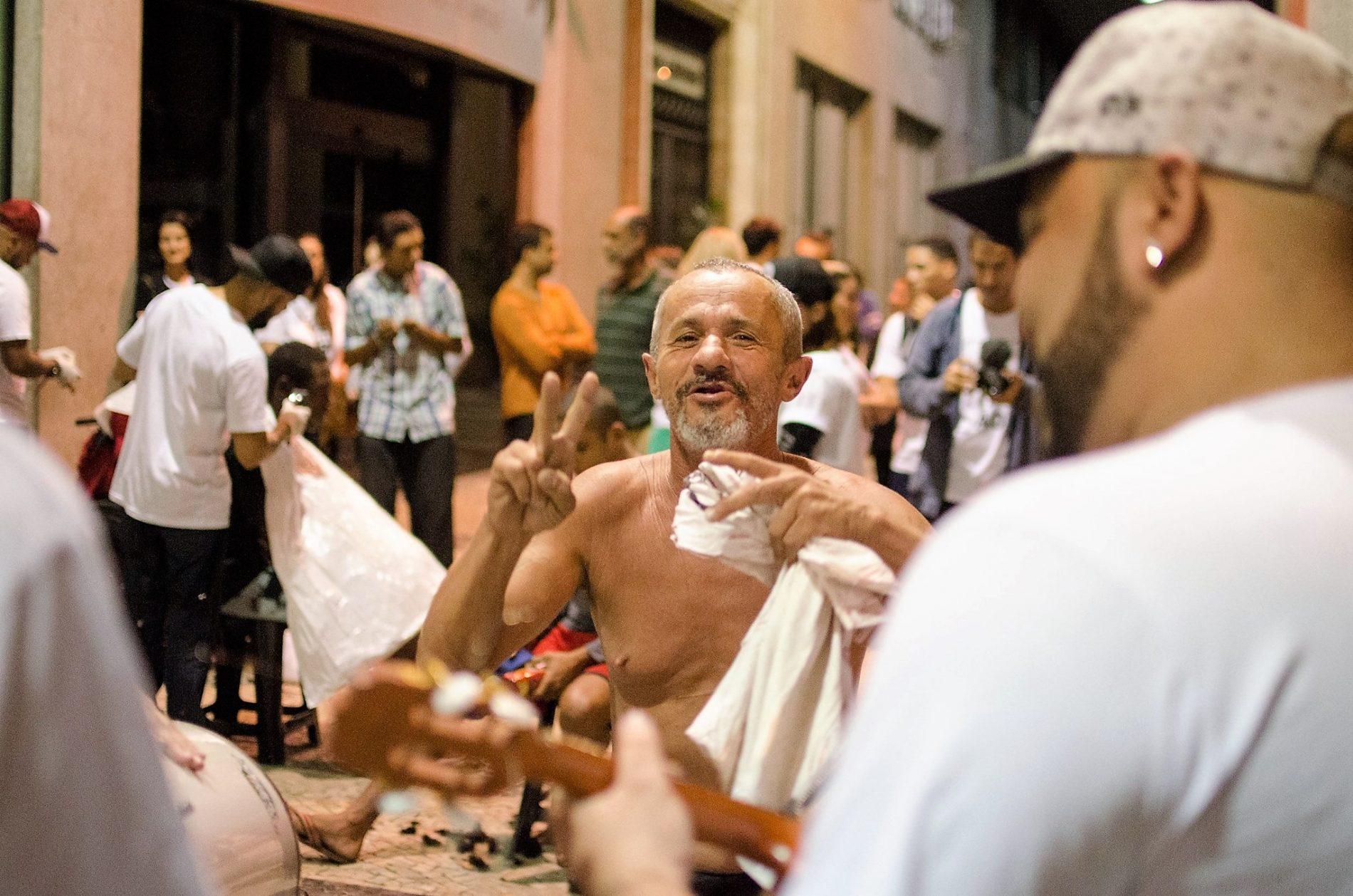 """Marcelo (ao centro) ganhou uma festa de aniversário: """"Só quero voltar para a minha terra"""". Foto Lorena Mossa/Divulgação"""