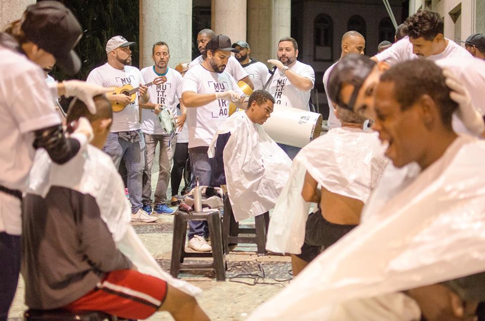 Samba e barbearia improvisada na calçada: mutirão une a elite carioca e moradores de rua. Foto: Lorena Mossa/Divulgação