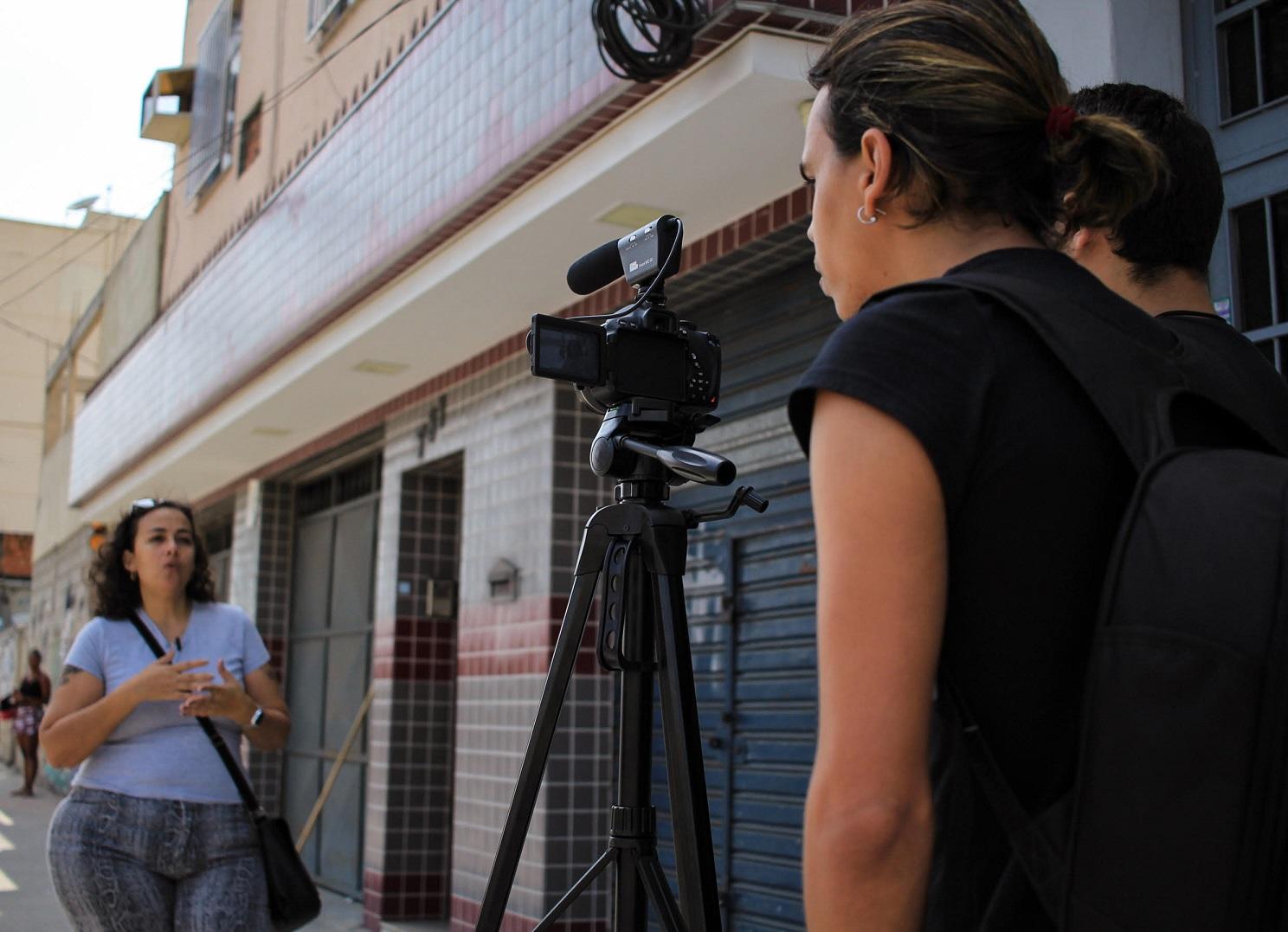 Fernanda Galvão (de óculos na cabeça), que vai da Penha Circular ao Centro, gosta de ouvir histórias de estranhos. Foto de Lia Bianchini