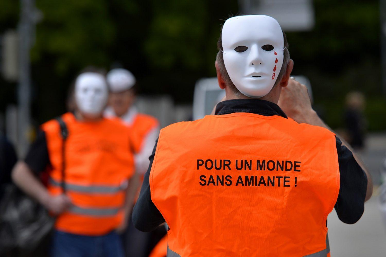 Manifestantes na Suíça pedem um mundo sem amianto. Foto Fabrice Coffrini/AFP