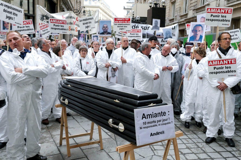 Vítimas do amianto protestam na França carregando um caixão. Foto Michel Stoupark/Citizenside