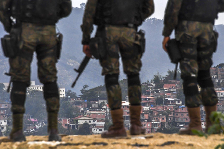 Soldados das Forças Armadas durante uma operação em favelas de Niterói. Foto Apu Gomes/AFP