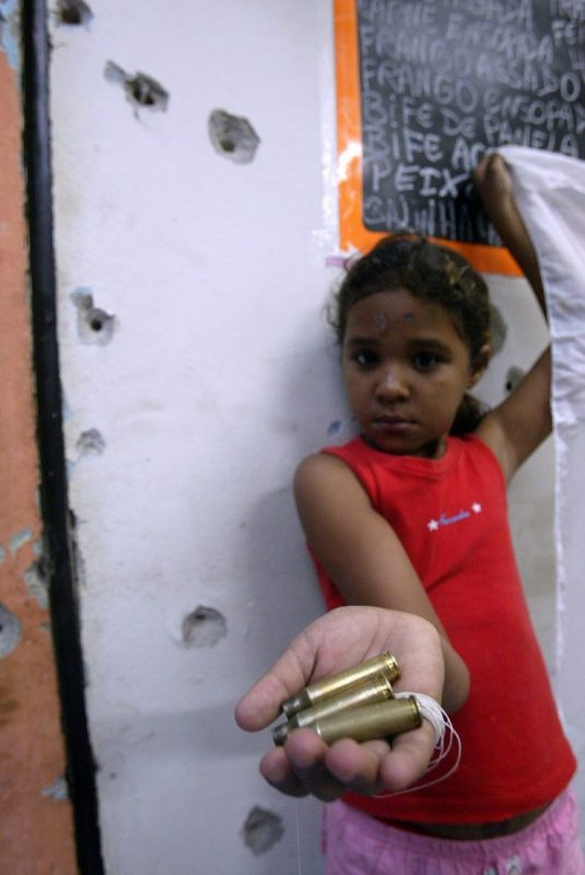 Balas nas mãos das crianças, uma rotina infeliz. Foto Custódio Coimbra