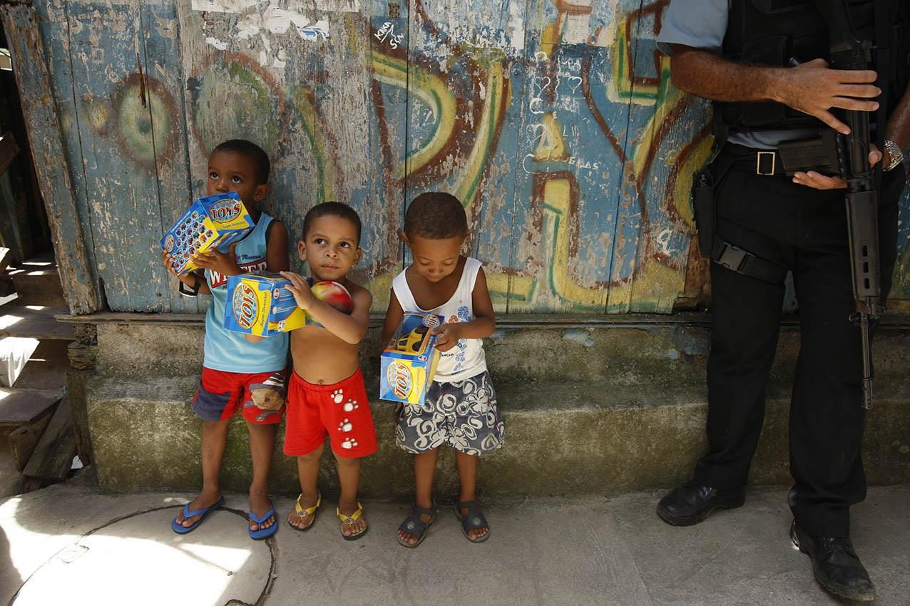 Crianças e fuzis, duas presenças constantes nas imagens das favelas cariocas. Foto Custódio Coimbra