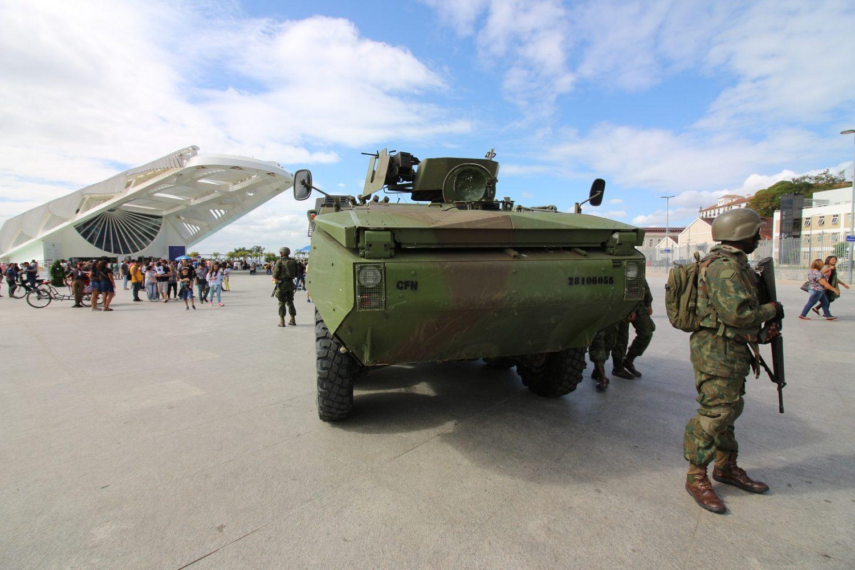 Tanque do exército marcando presença em frente ao Museu do Amanhã. Foto Luiz Souza/NurPhoto